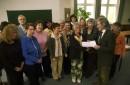 Erich Schützendorf, stellvertretender VHS-Direktor (rechts), überreichte den Teilnehmern des Pflegebegleiter-Lehrgangs das Abschluss-Zertifikat