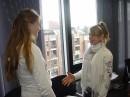 Praktische Ãœbungen für den 'Ausgehtag': Katharina Werz (links) und Danja Bürger von der Prinz-Ferdinand-Schule in Krefeld lernen in den Räumen der IHK